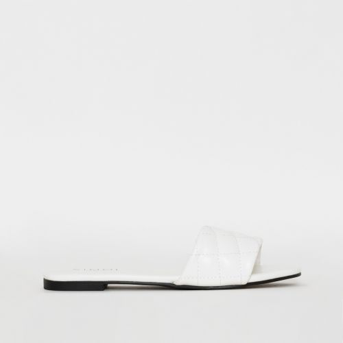 Aneka White Quilted Flat Sliders